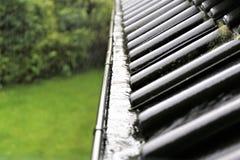 En begreppsbild av en avrinning med regndroppar - regn Fotografering för Bildbyråer