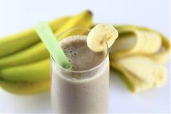 En begreppsbild av en banansmoothie - skaka, dricka, mat Royaltyfria Foton