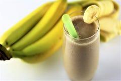 En begreppsbild av en banansmoothie - skaka, dricka, mat Royaltyfria Bilder