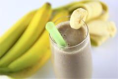 En begreppsbild av en banansmoothie - skaka, dricka, mat Fotografering för Bildbyråer