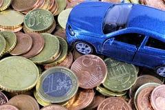 En begreppsbild av en bil med pengar Arkivbilder
