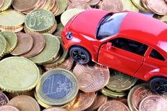 En begreppsbild av en bil med pengar Royaltyfria Foton