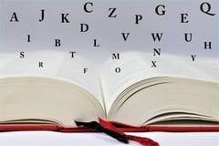 En begreppsbild av en bok med bokstäver Fotografering för Bildbyråer