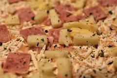 En begreppsbild av en djupfryst pizza Arkivfoton