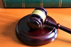 En begreppsbild av en domarehammare med en bok Fotografering för Bildbyråer