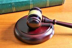 En begreppsbild av en domarehammare med en bok Royaltyfria Bilder