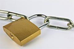 En begreppsbild av ett lås och en kedja Arkivbilder