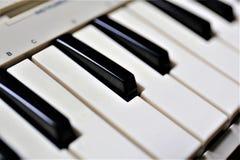 En begreppsbild av ett pianotangentbord Arkivbild