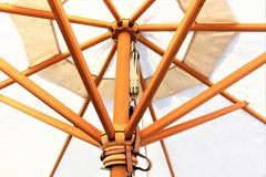 En begreppsbild av ett strandparaply, ferie Arkivbild