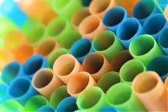 En begreppsbild av färgrika plast- sugrör royaltyfri foto