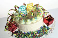 En begreppsbild av en födelsedagkaka - födelsedag 65 Arkivbilder