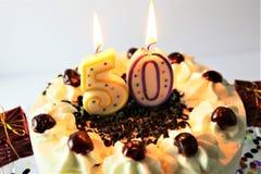 En begreppsbild av en födelsedagkaka med stearinljus - 50 Royaltyfri Bild