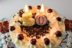 En begreppsbild av en födelsedagkaka med stearinljus - 50 Royaltyfria Bilder