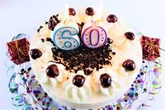 En begreppsbild av en födelsedagkaka med stearinljus - 60 Arkivbild