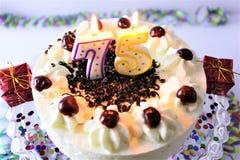 En begreppsbild av en födelsedagkaka med stearinljus - 75 Arkivfoton