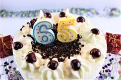 En begreppsbild av en födelsedagkaka med stearinljus - 65 Royaltyfri Bild