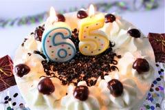 En begreppsbild av en födelsedagkaka med stearinljus - 65 Royaltyfria Bilder