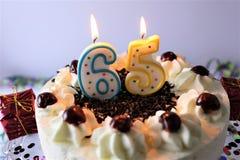 En begreppsbild av en födelsedagkaka med stearinljus - 65 Arkivfoton