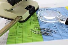 En begreppsbild av en finansiell rapport med ett exponeringsglas Royaltyfria Foton