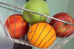 En begreppsbild av en fruktkorg Royaltyfria Foton