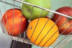 En begreppsbild av en fruktkorg Arkivbilder