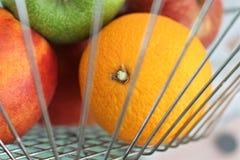 En begreppsbild av en fruktkorg Royaltyfri Bild