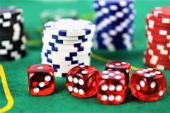 En begreppsbild av en kasinodobbleri, chiper royaltyfri foto