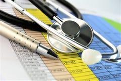En begreppsbild av en medicinsk skrivplatta med det olika diagram och scenariot Royaltyfria Foton