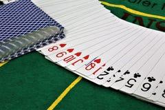 En begreppsbild av några pokerkort i en kasino Royaltyfri Fotografi