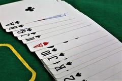 En begreppsbild av några pokerkort i en kasino Royaltyfri Bild