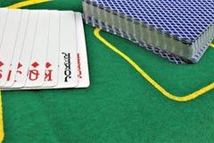 En begreppsbild av några pokerkort i en kasino Royaltyfri Foto