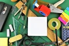 En begreppsbild av några skrivbordredskap med kopieringsutrymme Arkivbild