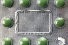 En begreppsbild av preventivpillerar för en blåsa, medicin med kopieringsutrymme - åtlöje upp royaltyfria bilder