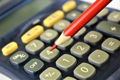 En begreppsbild av en räknemaskin med ett blyertspenna- och kopieringsutrymme Arkivbilder