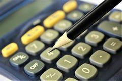 En begreppsbild av en räknemaskin med ett blyertspenna- och kopieringsutrymme Royaltyfri Fotografi