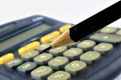 En begreppsbild av en räknemaskin med ett blyertspenna- och kopieringsutrymme Arkivfoton
