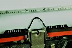 En begreppsbild av en skrivmaskinsbokstav - typebar Arkivbild