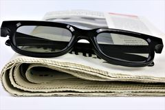 En begreppsbild av en tidning med exponeringsglas Royaltyfri Fotografi
