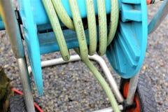 En begreppsbild av en trädgårds- slang - arbeta i trädgården Royaltyfri Bild
