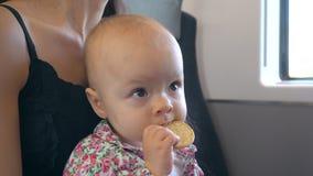 En behandla som ett barn som äter ett kex på drevet Royaltyfri Foto