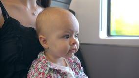 En behandla som ett barn som äter ett kex på drevet Arkivfoton