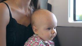 En behandla som ett barn som äter ett kex på drevet Royaltyfria Foton