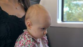 En behandla som ett barn som äter ett kex på drevet Royaltyfri Bild