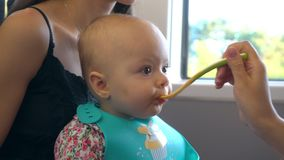 En behandla som ett barn som äter puré på drevet Royaltyfri Fotografi
