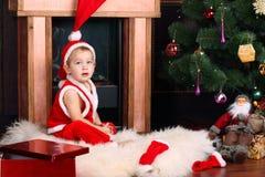 En behandla som ett barn i Santa Claus ' kläder arkivfoto