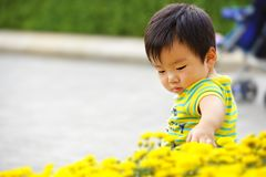 En behandla som ett barn leker i trädgård 免版税库存图片