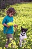 en behandla som ett barnflicka med hennes hund arkivbilder