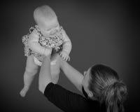 En behandla som ett barnflicka och hennes moder Arkivbilder