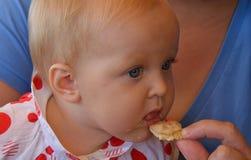 En behandla som ett barnflicka som äter kakor Royaltyfri Fotografi