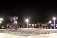 En bellydancer som framme dansar av folkmassan royaltyfri bild